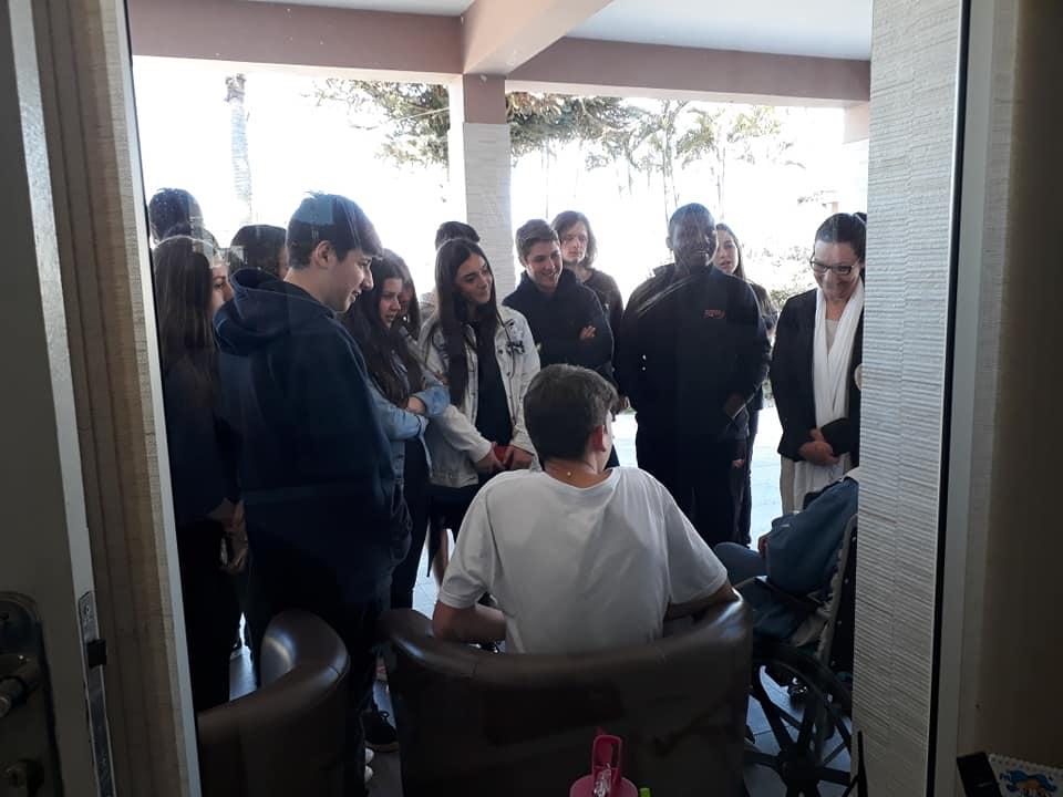Alunos Do Centro Educacional Meta Visitam Idosos Do Asilo São